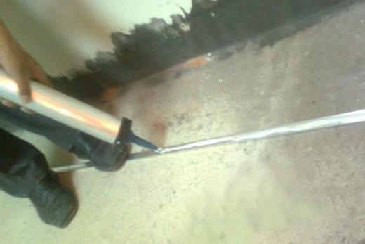 铝合金踢脚线安装上胶水